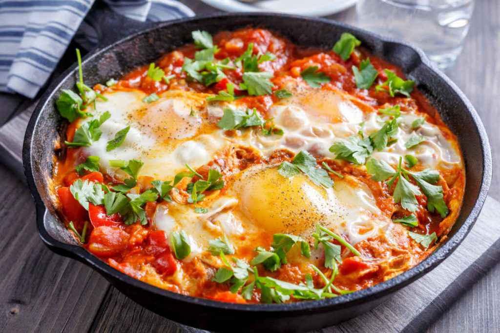 uova in purgatorio, padella con uova al pomodoro, ricette estive vegetariane