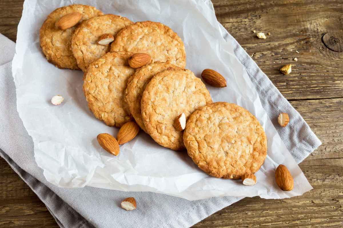Biscotti light con le mandorle su carta forno