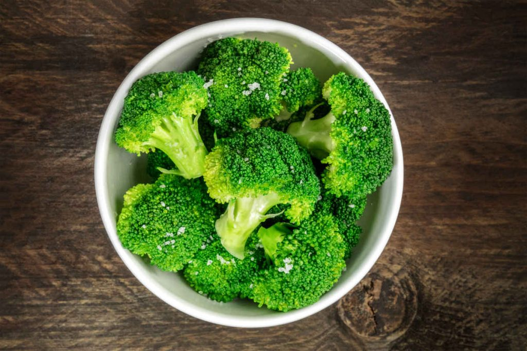 broccoli all'insalata conditi con olio limone e sale