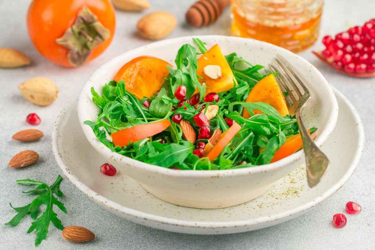 insalate autunnali con cachi, melograno e frutta secca