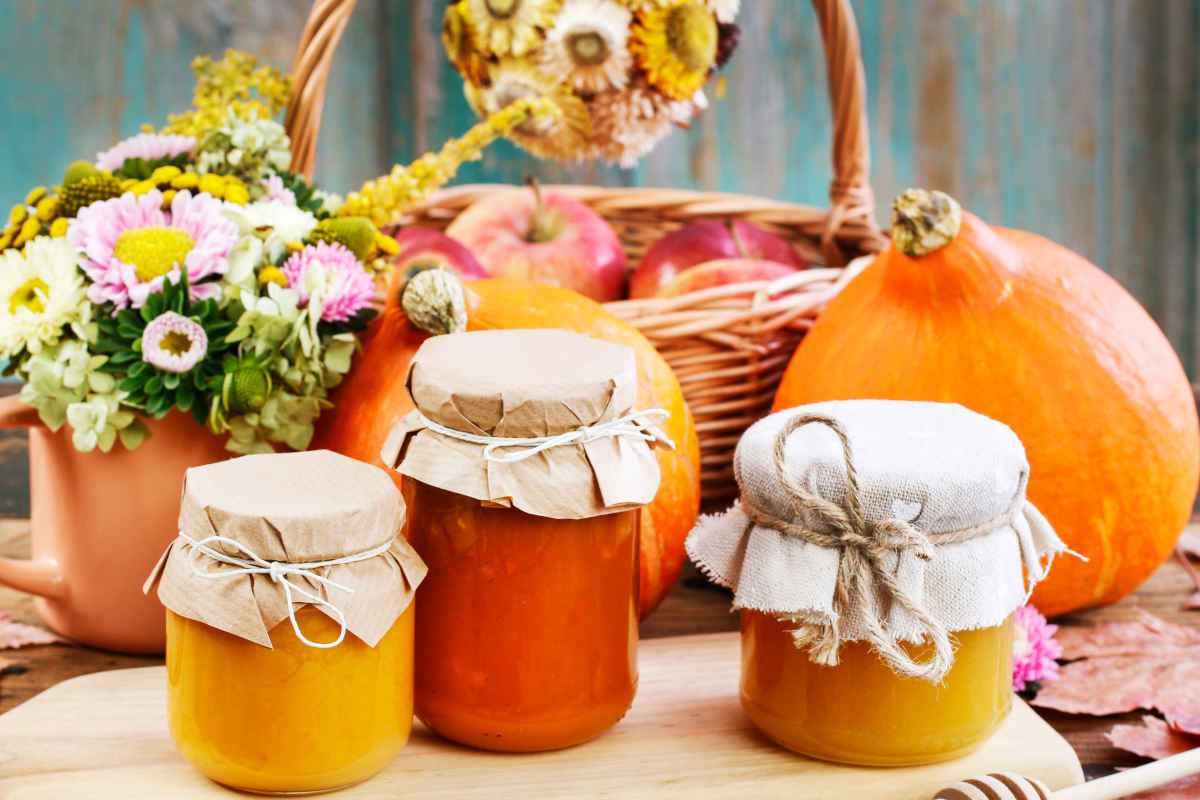 barattoli di marmellate autunnali con frutta di stagione