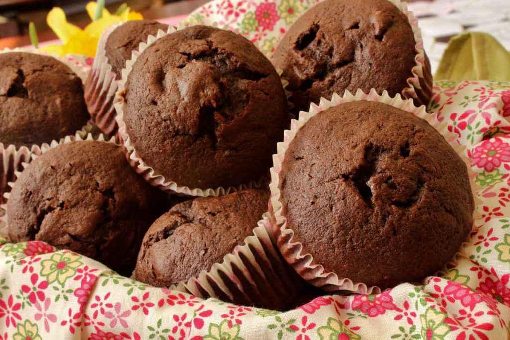Cesto pieno di muffin al cioccolato con nutella