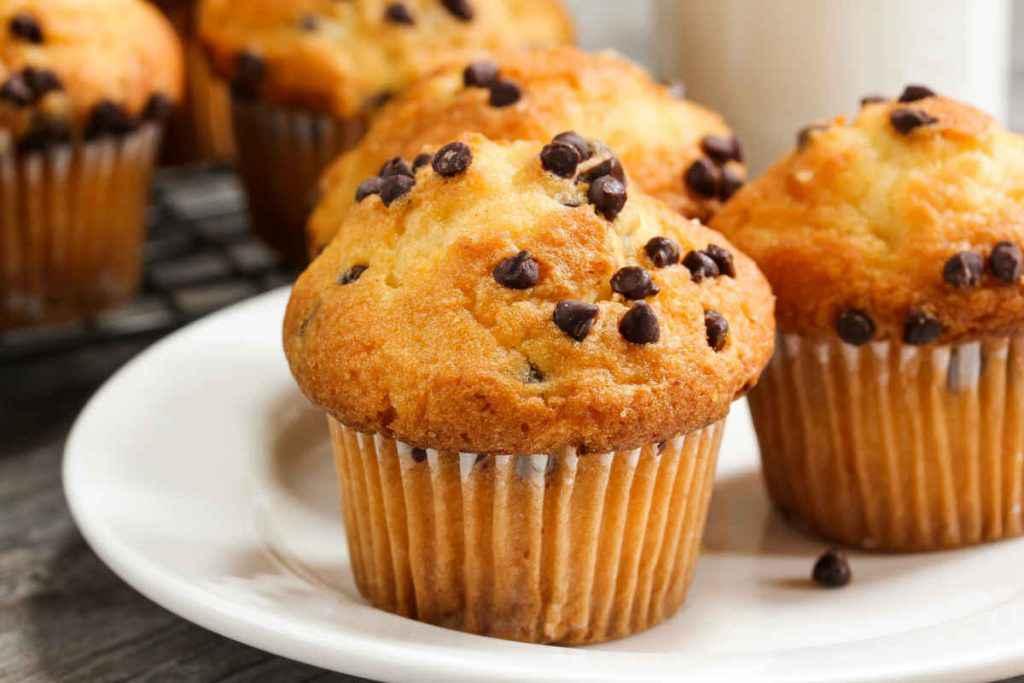 piatto con muffin con gocce di cioccolato