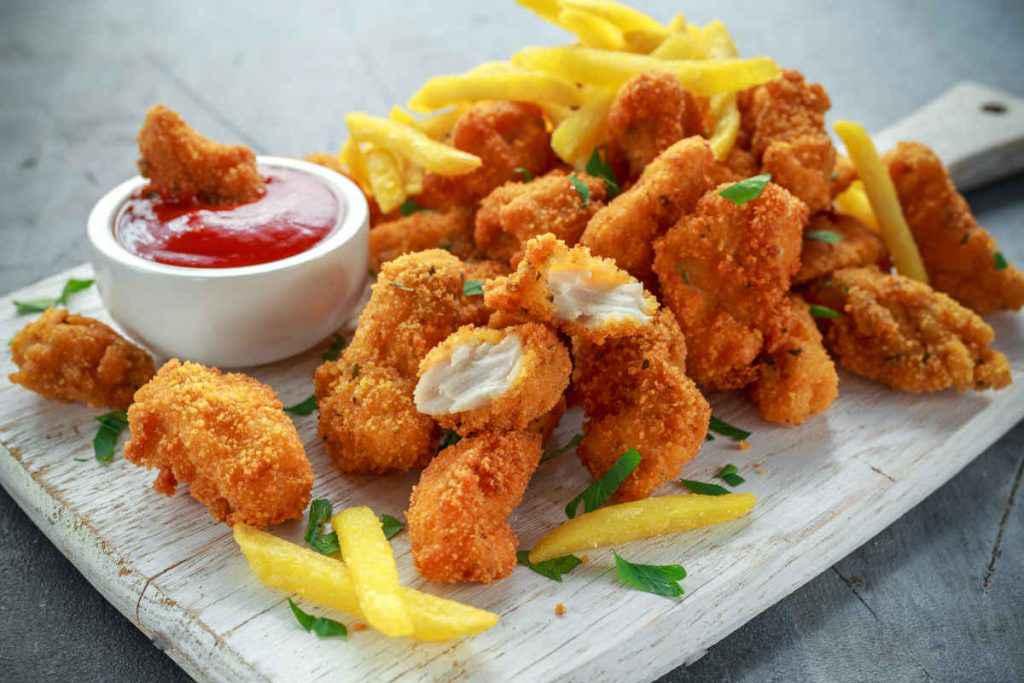 nugget di pollo con patatine e ketchup