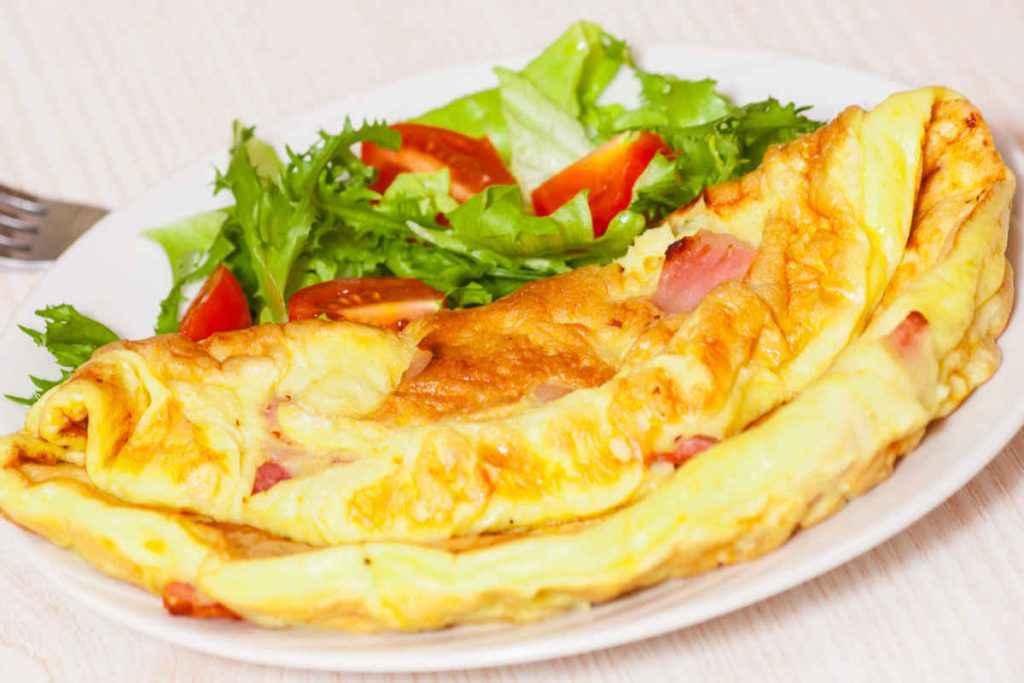 omelette con pezzi di provola e guanciale