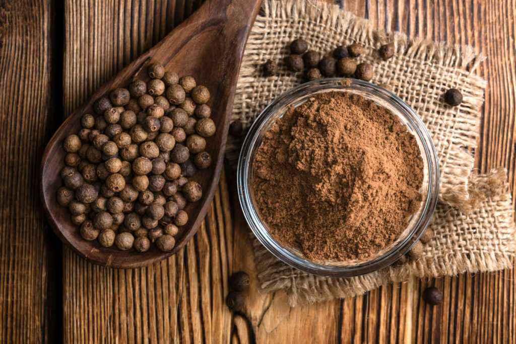 ciotola con pimento o pepe della Giamaica in polvere