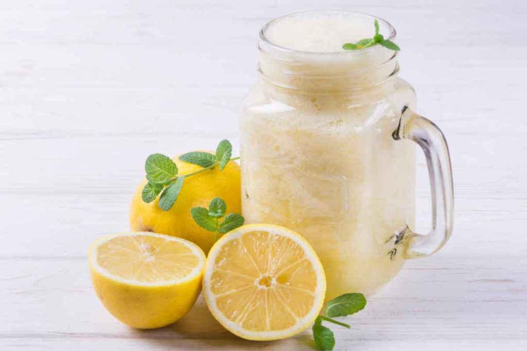 boccale con smothie al limone