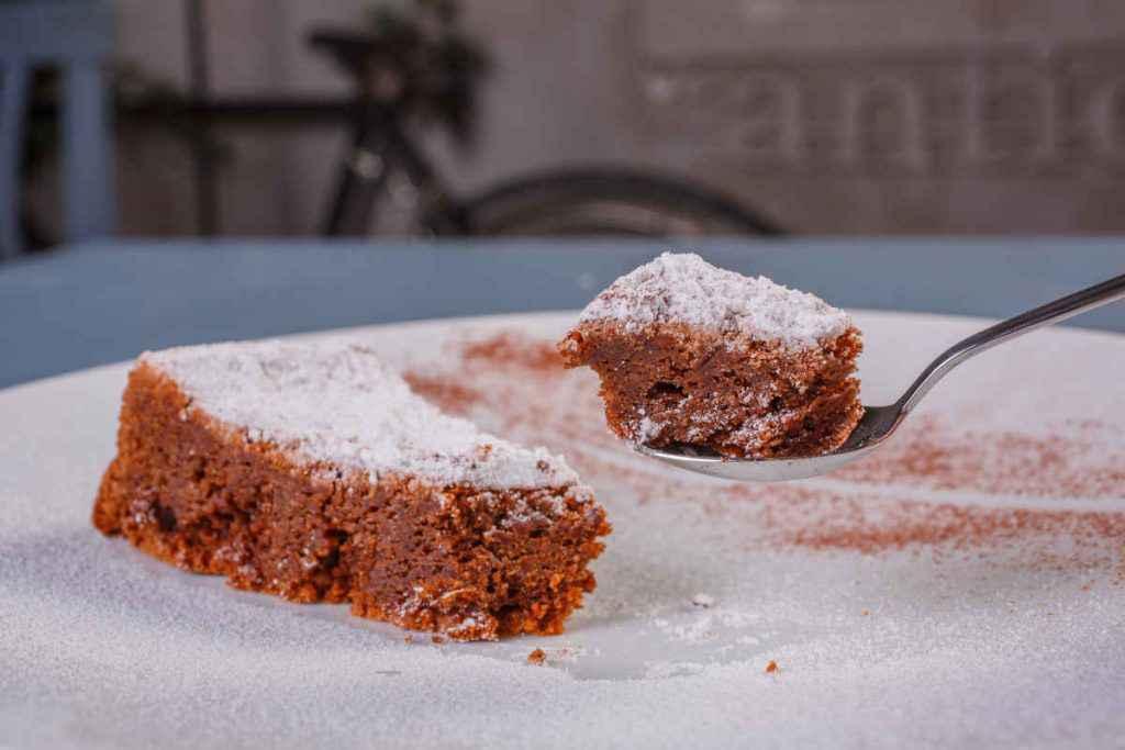 fetta di torta caprese napoletana al cioccolato
