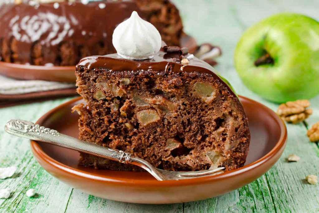 fetta di torta di mele al cioccolato con glassa al cioccolato