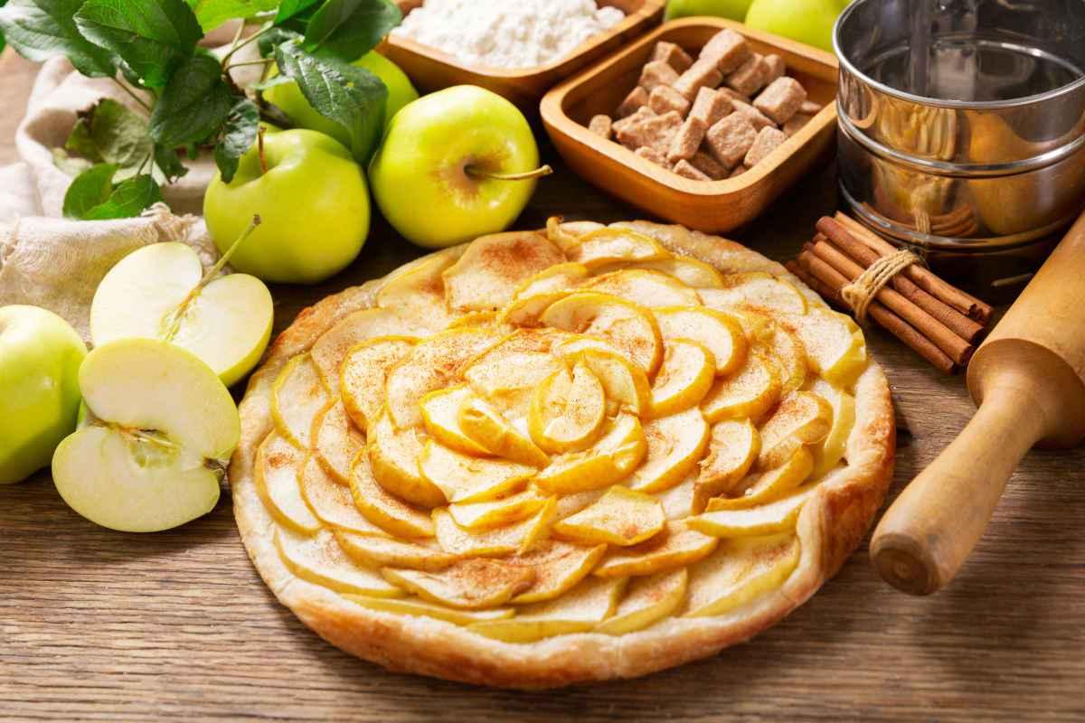 torta di mele con ingredienti sul tavolo