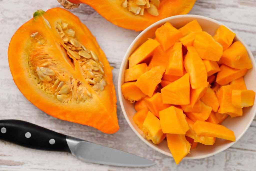 ciotola con pezzi di zucca bollita, verdure di stagione a ottobre