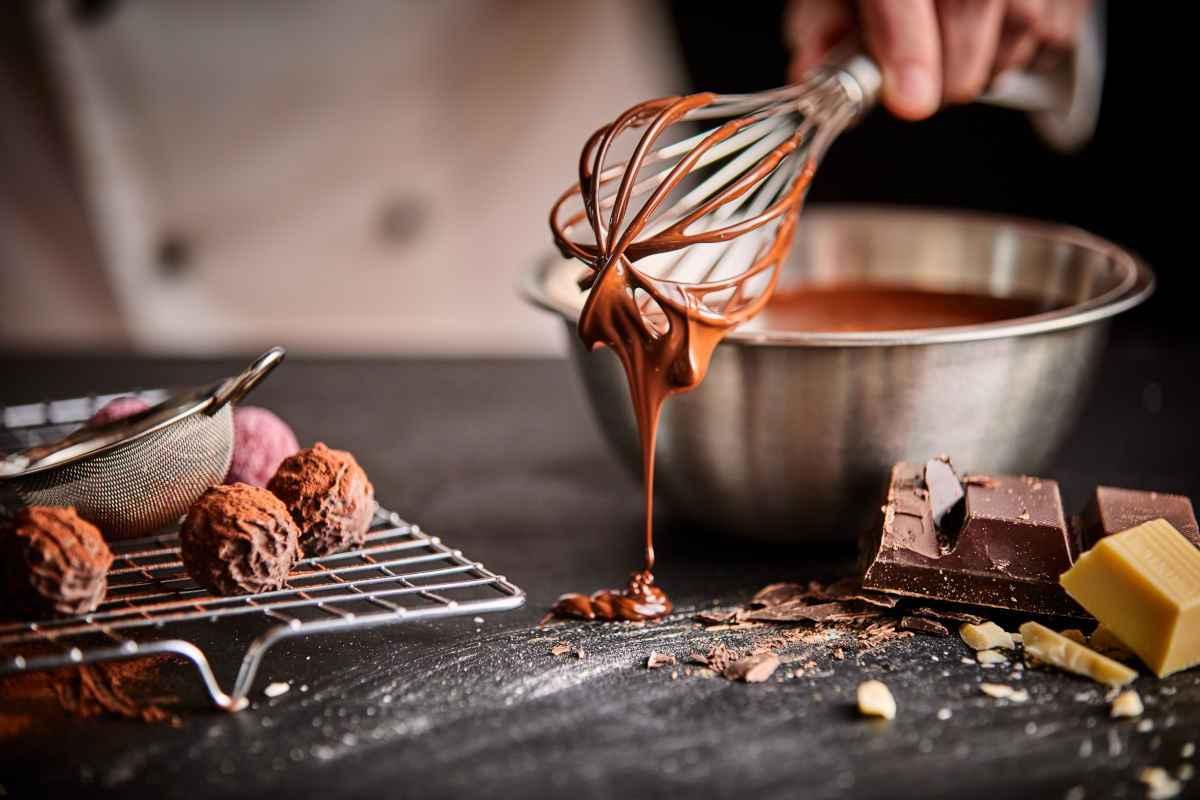 pasticcere che prepara cioccolatini e caramelle come willy wonka