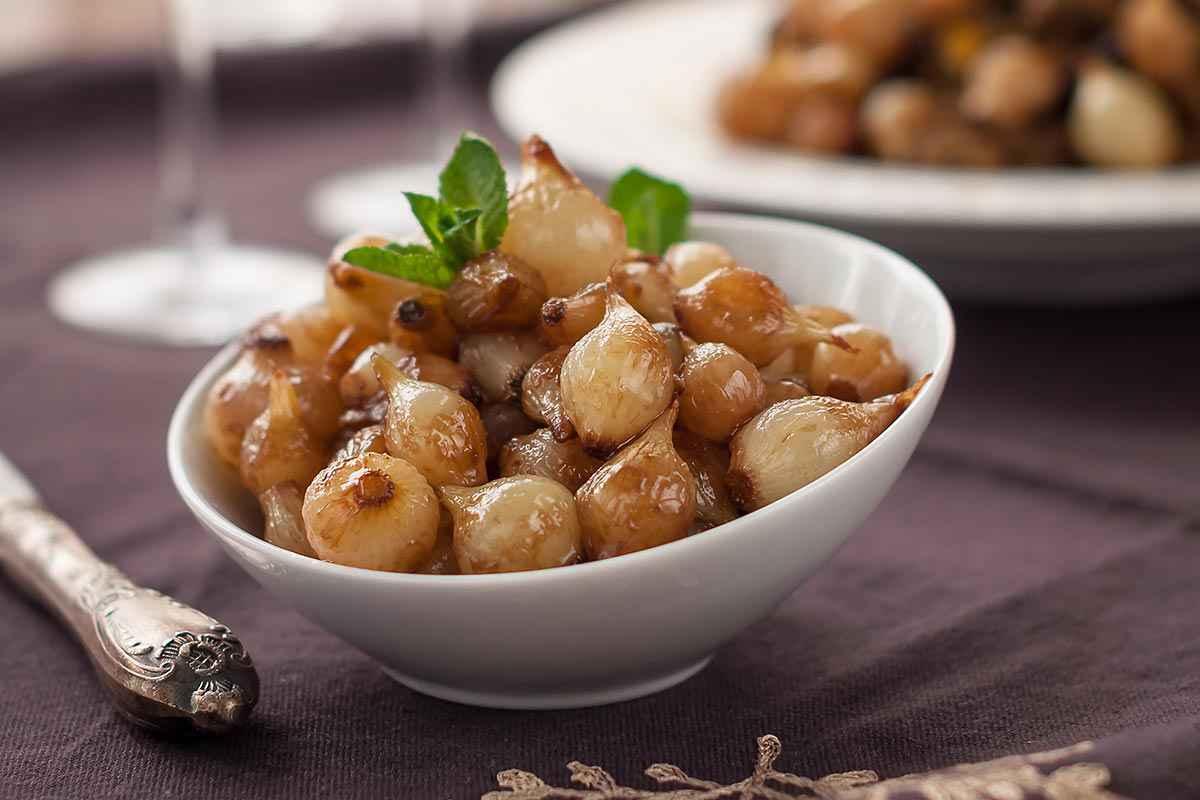 Piatto bianco con cipolle in agrodolce