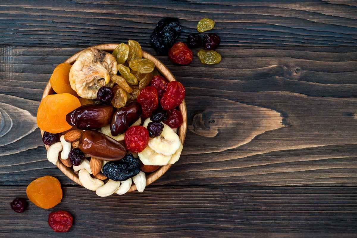 ciotola con diversi tipi di frutta secca per la colazione