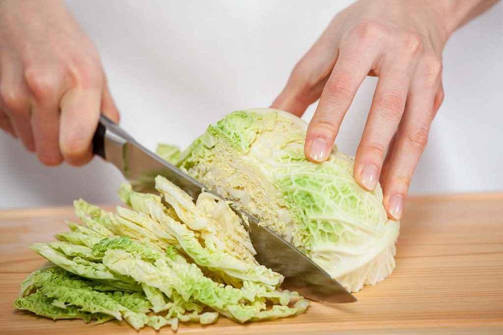 Tagliere con verza tagliata a striscioline