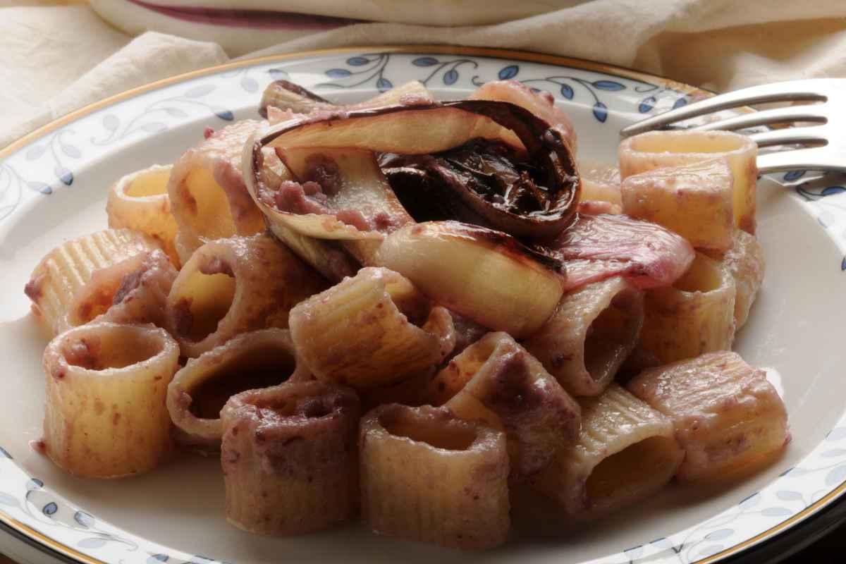 piatto di pasta condita con crema di radicchio