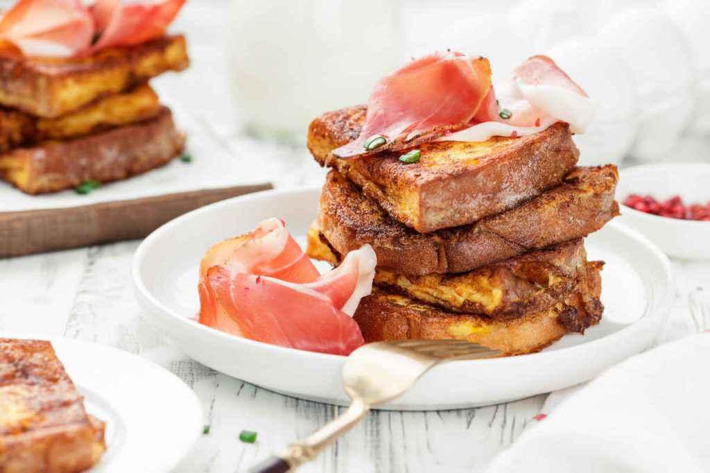 porzioni di french toast al prosciutto
