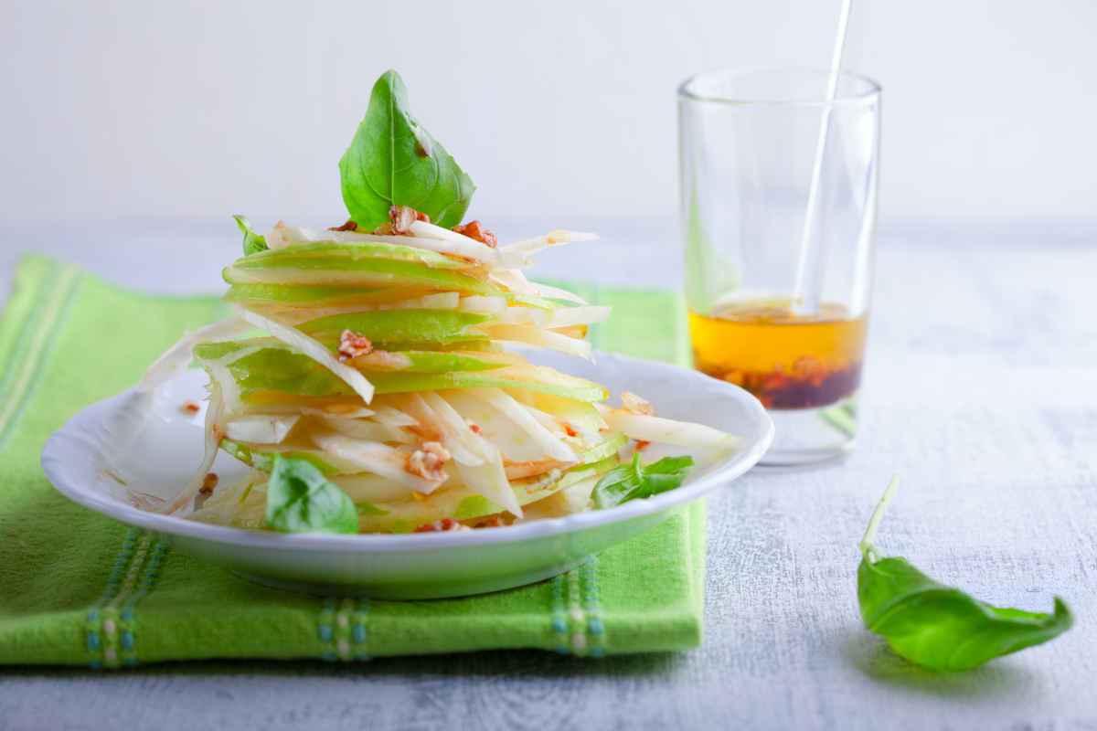 piatto di insalata di mele e finocchi per contorno