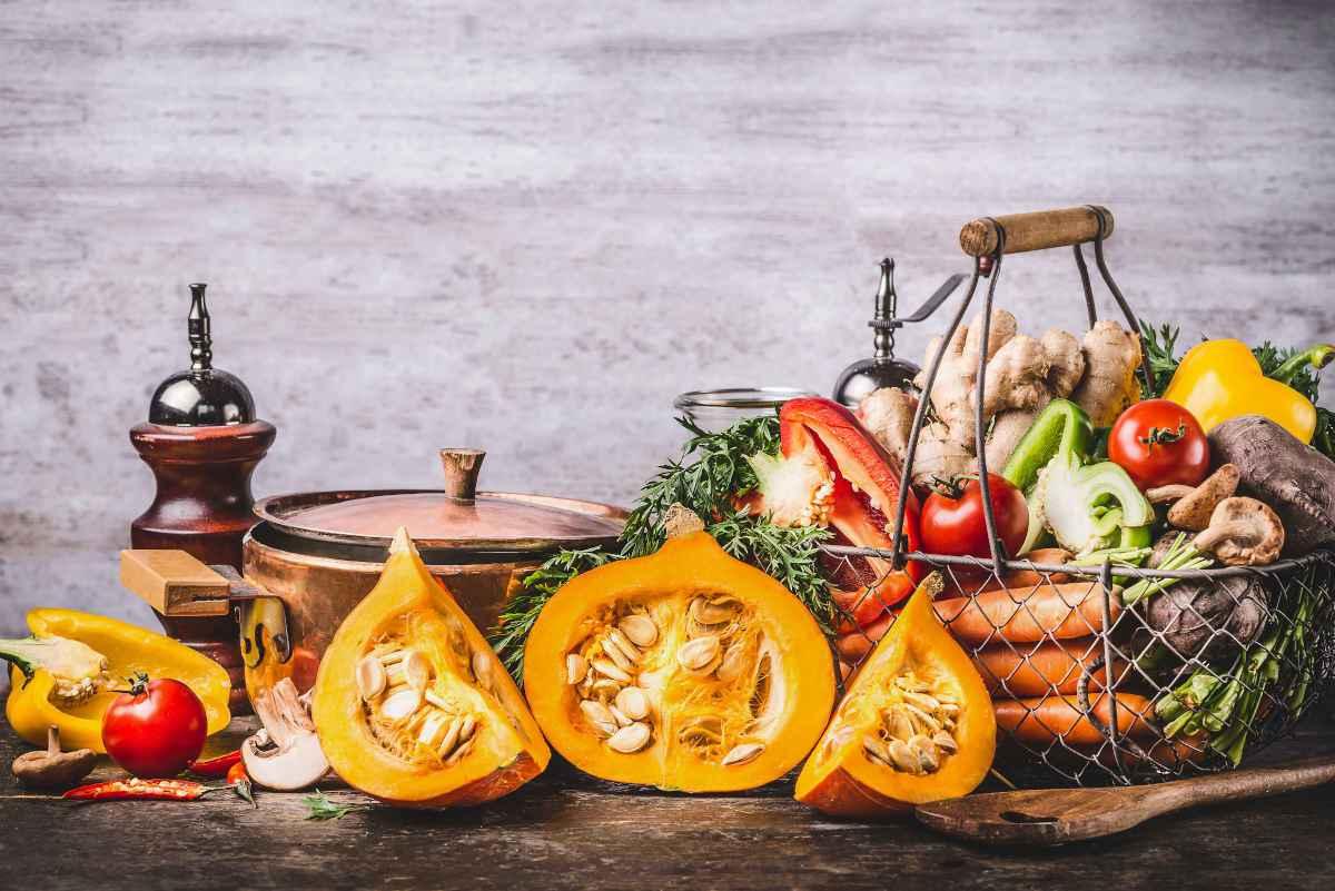 cesto pieno di verdure di stagione a ottobre per la spesa del mese