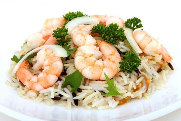 Insalata di riso basmati con gamberetti e zucchine