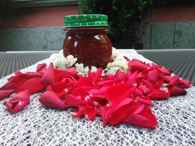 Marmellata con petali di rose e fragole