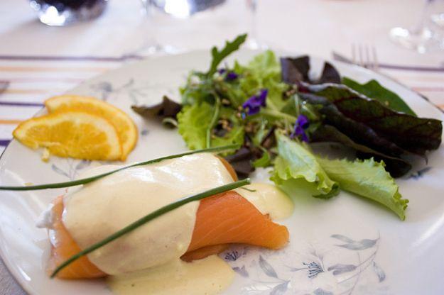 antipasti di salmone e uovo in camicia