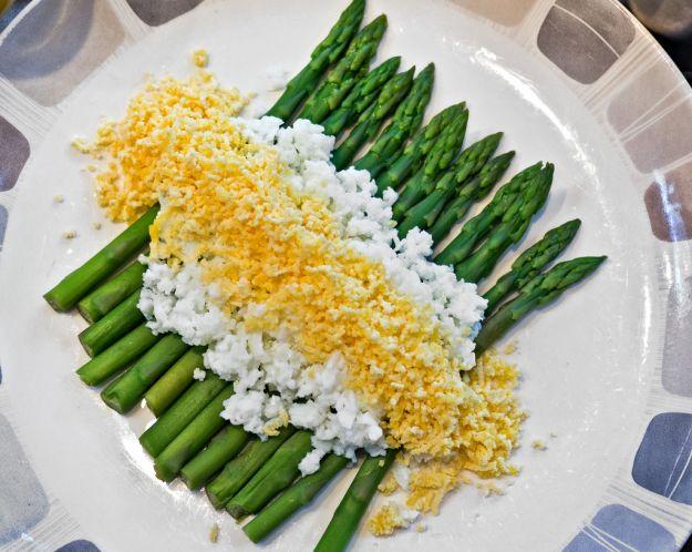 Asparagi con salsa mimosa