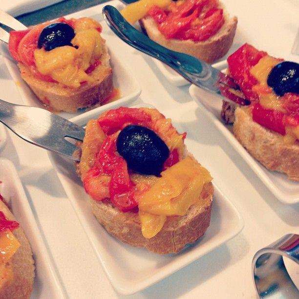 Bruschette con peperoni arrosto e olive