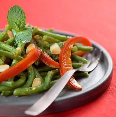 Insalata peperoni, fagiolini, germogli di soia e mais