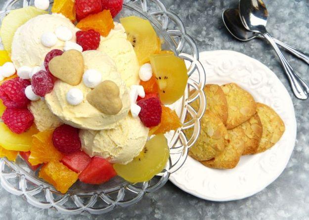 coppa di gelato e frutta