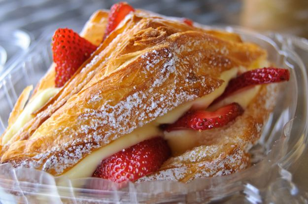 Croissants con fragole e panna