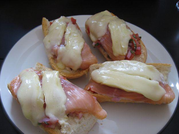 Crostini caldi mozzarella salmone affumicato