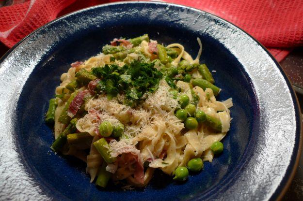 Fettuccine con asparagi, piselli e pancetta