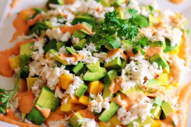 Insalata di mango, avocado e granchio