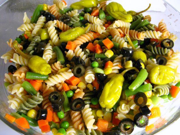 Insalata di pasta con olive, capperi e uova in salsa piccante