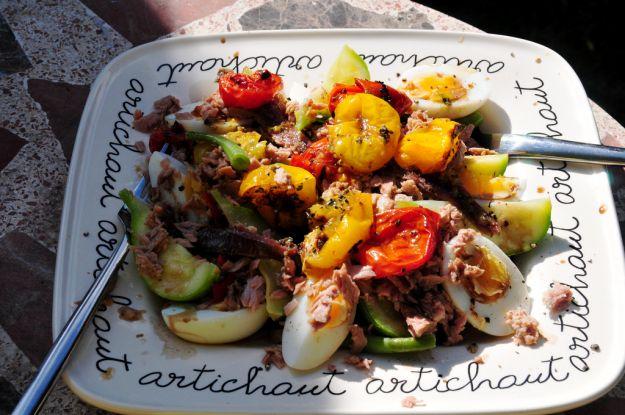 Insalata con tonno e verdure croccanti