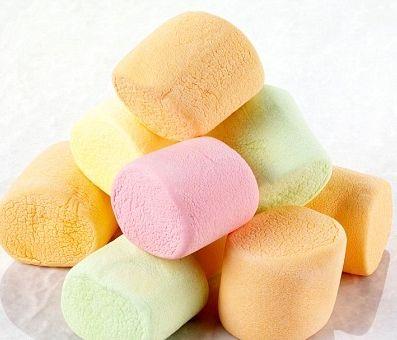 Torta con mousse di fragole e marshmallows