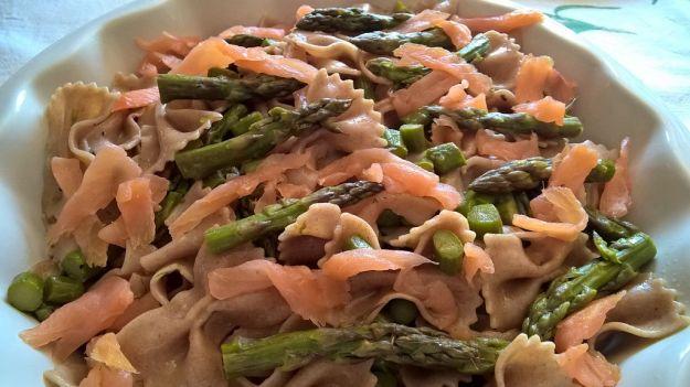 Pasta con asparagi e salmone