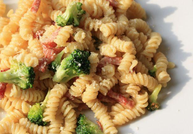 Pasta con broccoli e speck