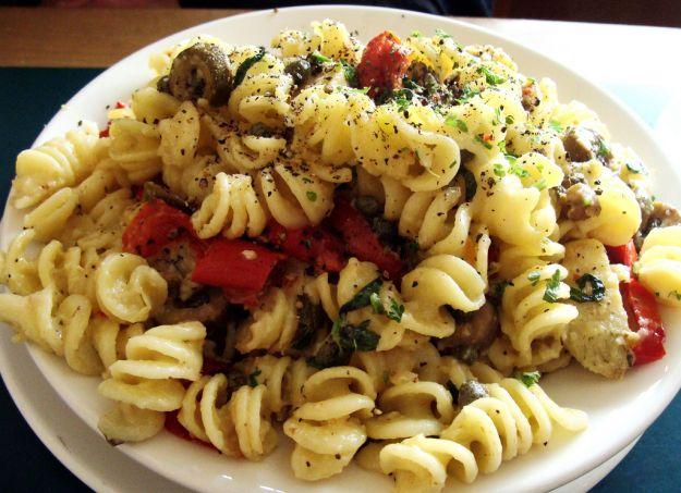 Pasta con capperi, olive e mozzarella