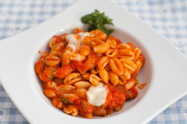Pasta con crema di peperoni, pomodori secchi e mandorle