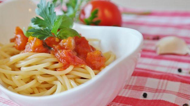 Spaghetti freddi pomodoro e mozzarella