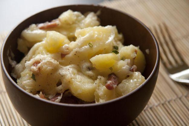 Patate con speck e formaggio filante