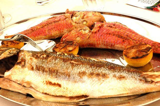 Pesce con il pesto rosso