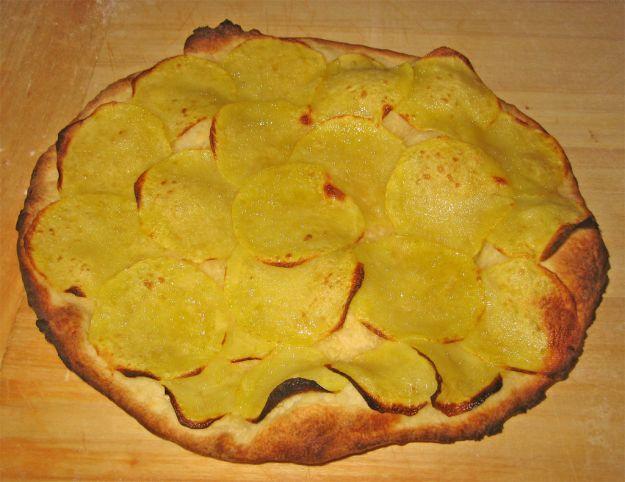 Pizza con patate dolci e cipolla senza pomodoro