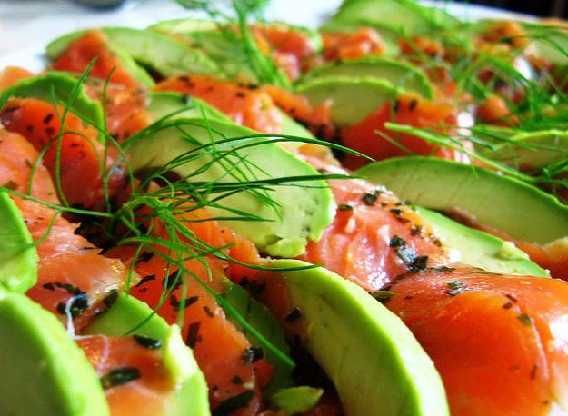 Salmone con avocado e aneto