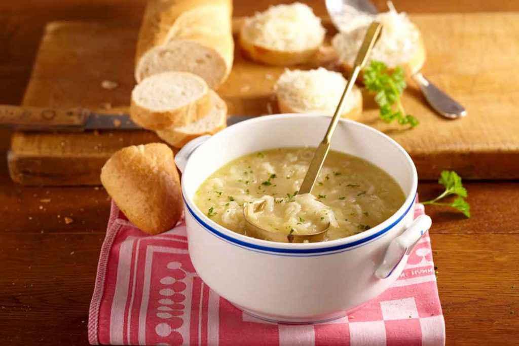 Zuppa di cipolle napoletana con uova