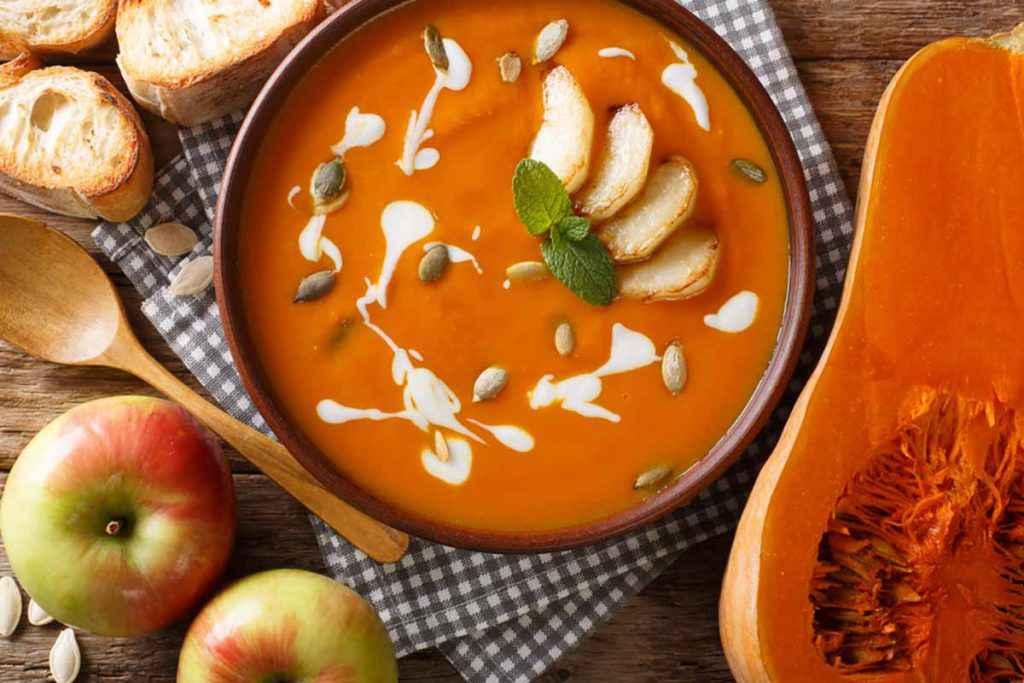 Zuppa di mele e zucca con panna e crostini