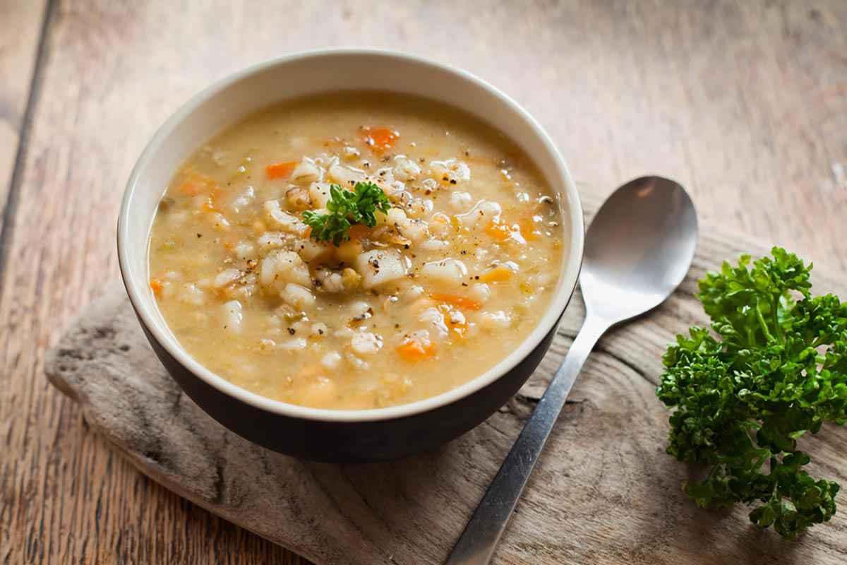 Scodella di minestra con fagioli borlotti e orzo