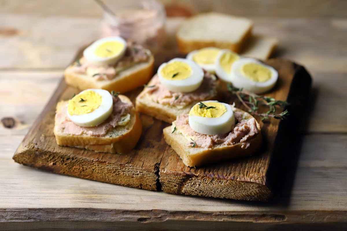 Tartine con uova sode